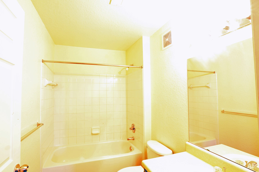 3br 2ba 1 181 Sq Ft Master Bathroom Fountainview Apartments
