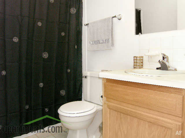 Bathroom - Hawthorne Club Apartments