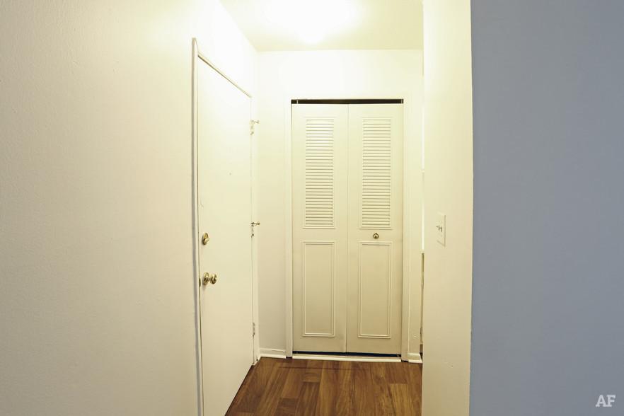Two Bedroom- Foyer - Hawthorne Club Apartments