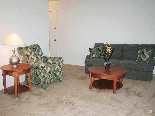Living Room - Hawthorne Club Apartments