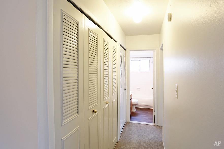 Two Bedroom - Hallway - Hawthorne Club Apartments