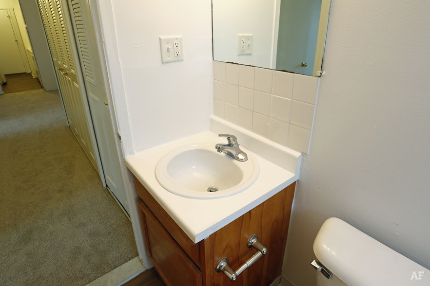 Two Bedroom - Bathroom - Hawthorne Club Apartments
