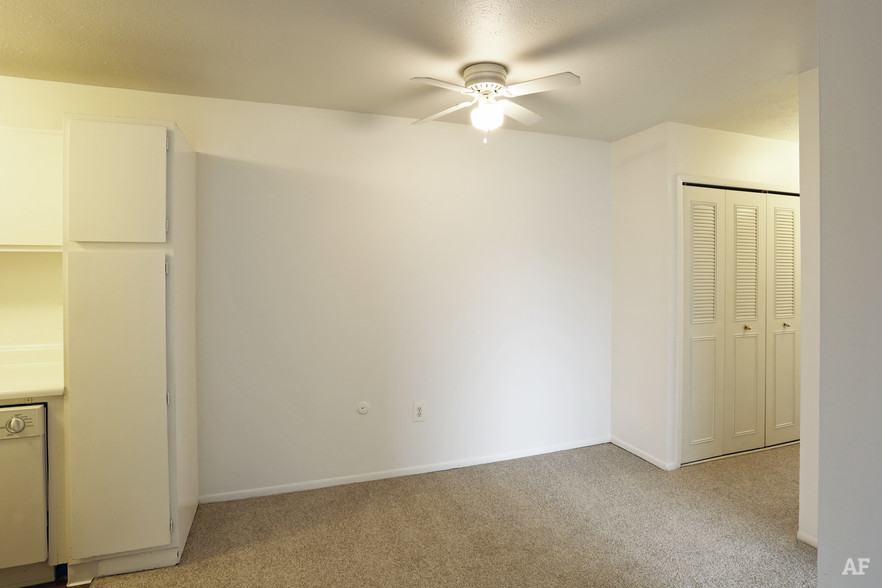 Two Bedroom - Dining Area - Hawthorne Club Apartments