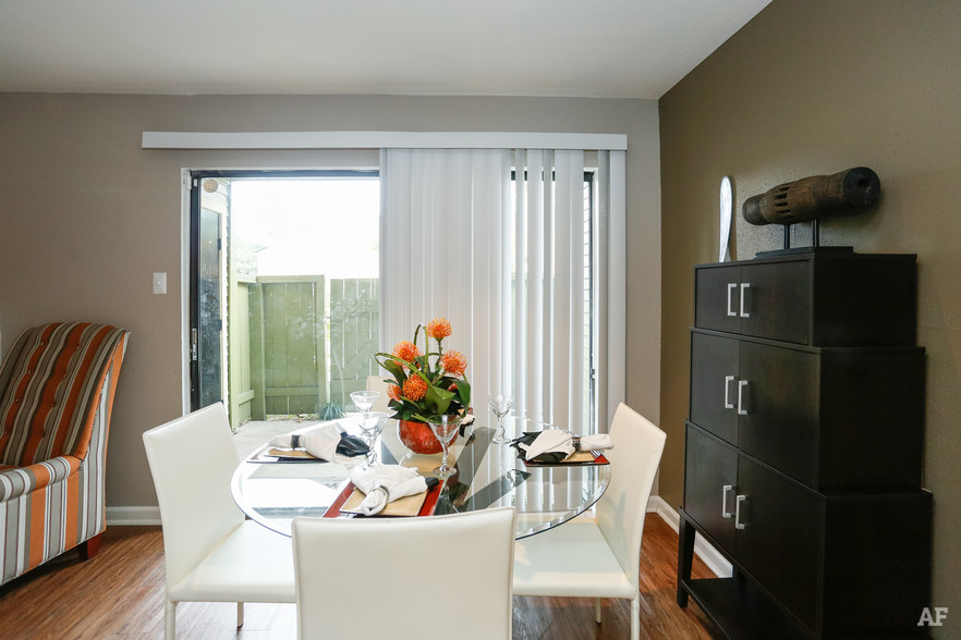 1BR, 1BA - A2 - Dining Area - Oaks of Westchase