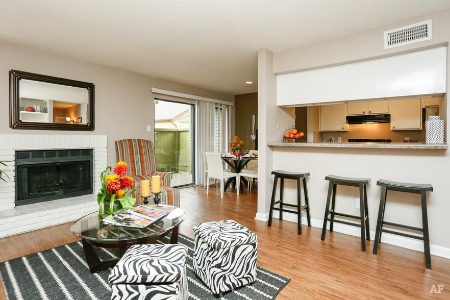 1BR, 1BA - A2 - Living Area - Oaks of Westchase