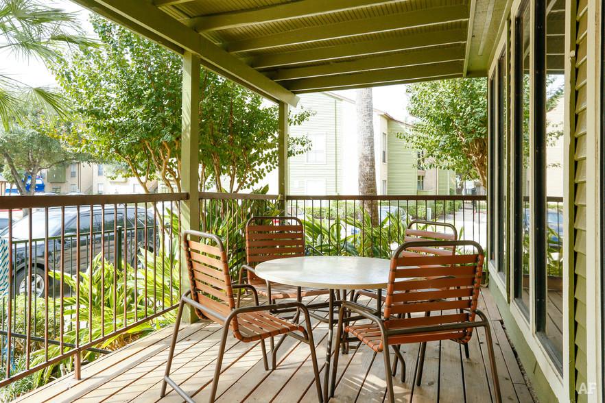 Outdoor Lounge - Oaks of Westchase