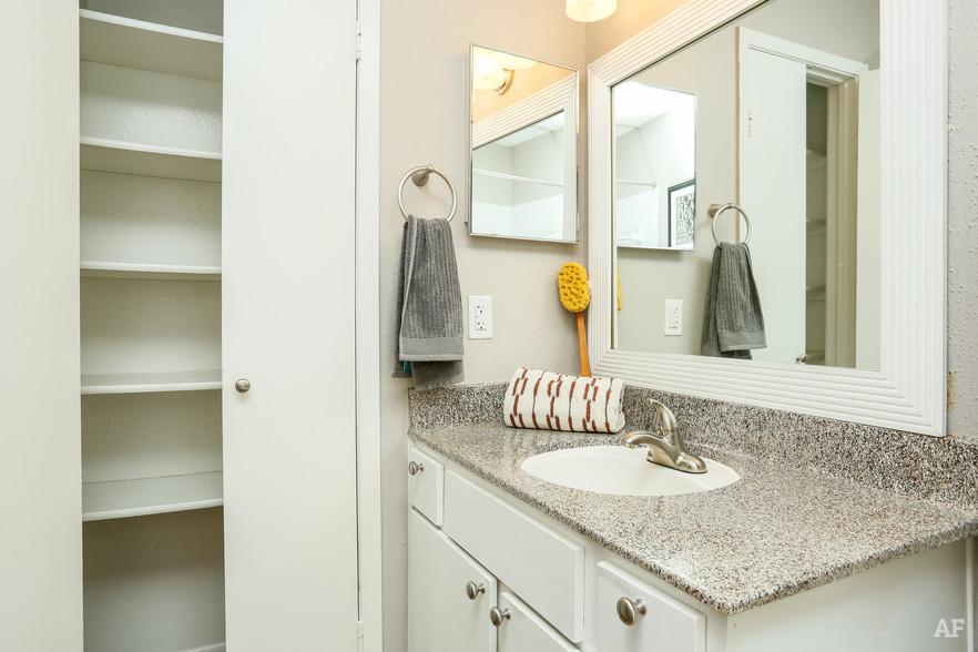 1BR, 1BA - A2 - Bathroom - Oaks of Westchase